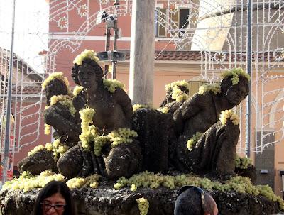 Fuente de los Cuatro Moros adornada con racimos de uvas.
