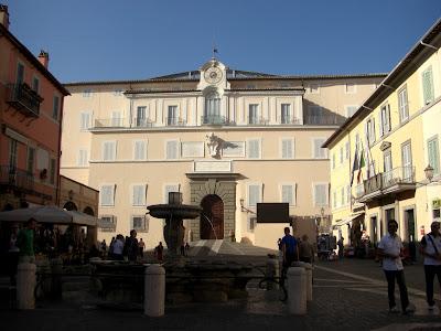 Plaza del pueblo y entrada principal a la residencia Papal.