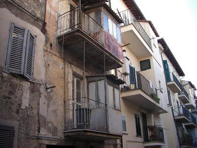 Edificio antiguo en Castel Gandolfo. Antiguamente los baños se ubicaban en los balcones de los apartamentos.