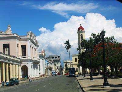 Calle junto al parque José Martí