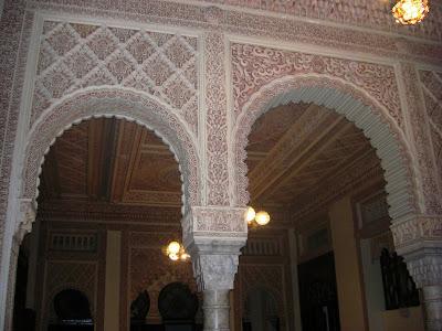 Arcos y columna interior del Palacio de Valle