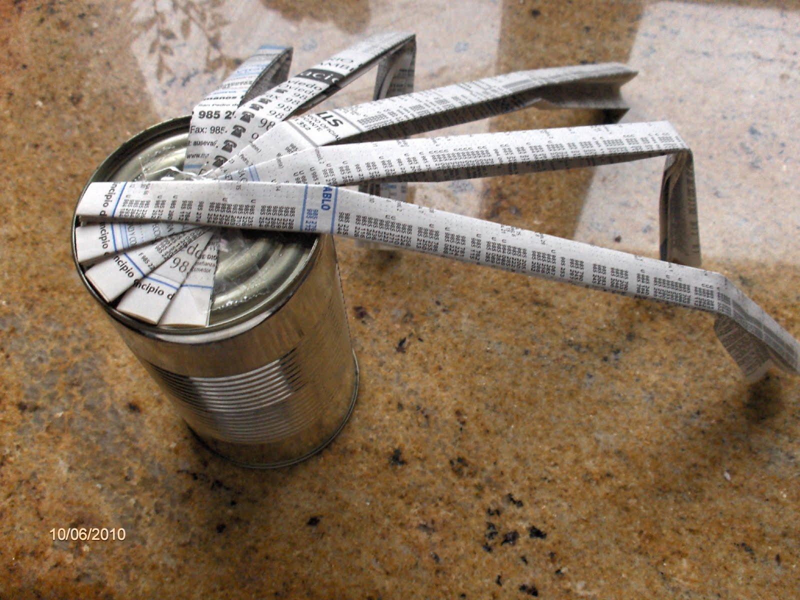 Aprendiz decorar bote con tiras de papel