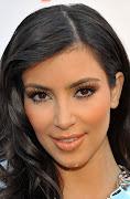 Kin Kardashian com muito pó, entregando suas linhas faciais, .