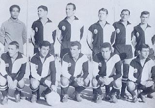 Farense 1963/64: José Gonçalves é o primeiro de joelhos a contar da esquerda