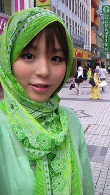 Aya Hirano Pakai Jilbab