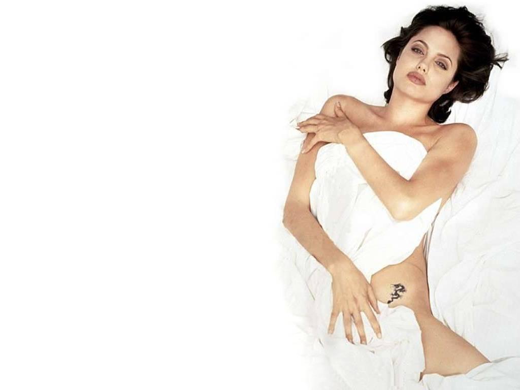 http://hollywoodbollywoodactress-fashion.blogspot.com/2012/05/angelina-jolie-hot-wallpaper.html