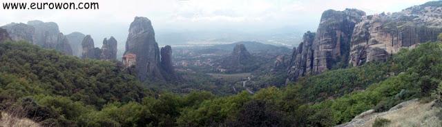 Valle rodeado de rocas con monasterios encima en Meteora