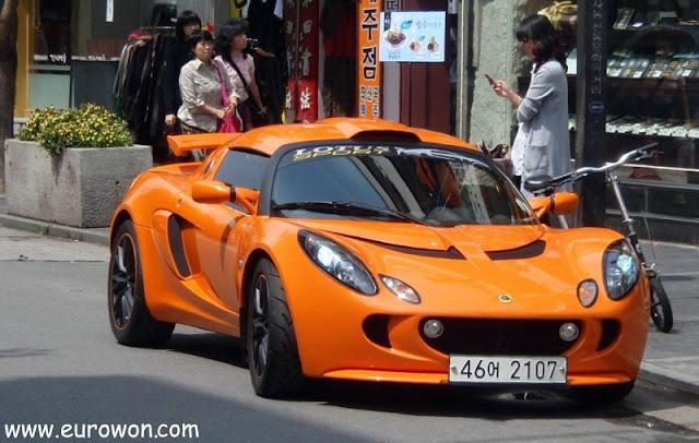 Deportivo naranja en una calle de Seúl