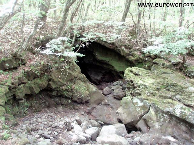 Cueva en la montaña Hallasan de Jeju