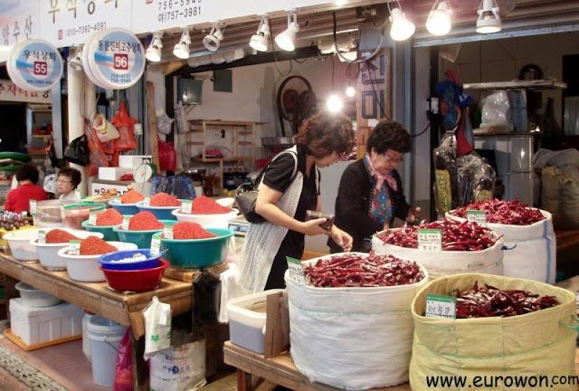 Venta de productos picantes en un mercado tradicional surcoreano