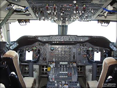 Cabina analógica de un Boeing 747 de los antiguos