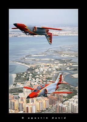 Dos aviones de la Patrulla Águila, uno de ellos en vuelo invertido