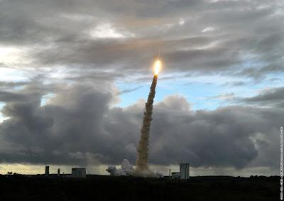 Ariane 5 ECA despegando de la Guayana francesa el 27 de mayo del 2006