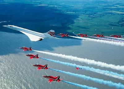 Último vuelo del Concorde, escoltado por los Red Arrows de la RAF.