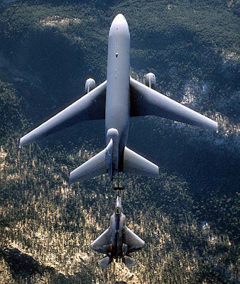 F-22 repostando en vuelo desde un KC-10