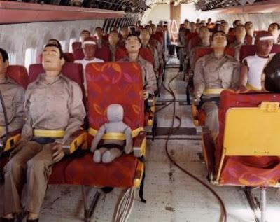 Maniquís de pruebas en un avión