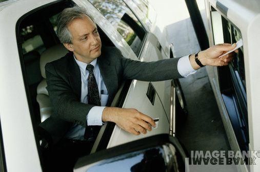 Cajero automático masculino