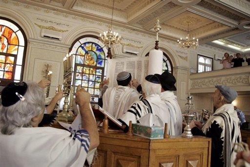 [Moroccan+Jewish+community+members+attend+prayers+at+Casablanca's+Great+Synagogue.jpg]