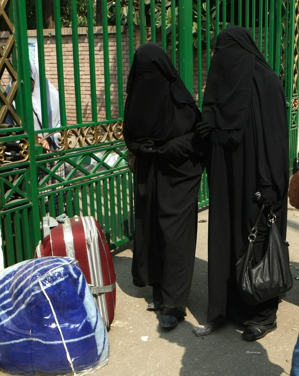 http://1.bp.blogspot.com/_QfVWU-2pVL4/Ss0uUjjXBiI/AAAAAAAAIxQ/aXjyLUXGY8s/s1600/Cairo%2BUniversity%2Bstudents%2Bwearing%2Bniqab%2Bblack%2Bveil%2Bwhich%2Bcovers%2Bface%2Bexcept%2Beyes%2Bstand%2Boutside%2Buniversity%2Bdormitory%2BOctober%2B7,%2B2009%2Bunable%2Benter%2Badmission%2Bniqab%2Bwearers.jpg