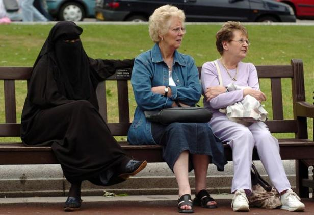 burqa-Three+women+share+a+bench+in+Glasgow+during+a+vigil+for+victims+of+the+London+bombings.jpg
