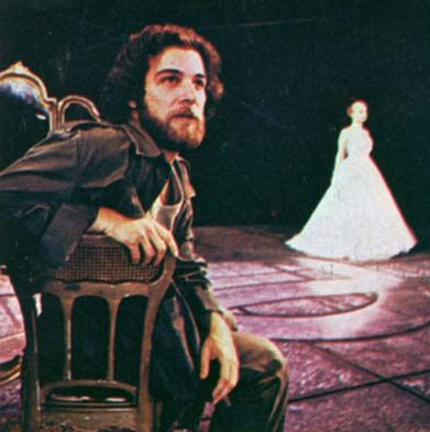 Mandy Patinkin as Che and Patti LuPone in the backgroun
