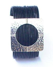 brazalete de cuero negro
