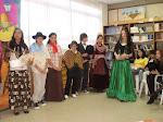 Los chicos de la U 9 recibiendo a  Adela Basch, con teatro y alfajores...