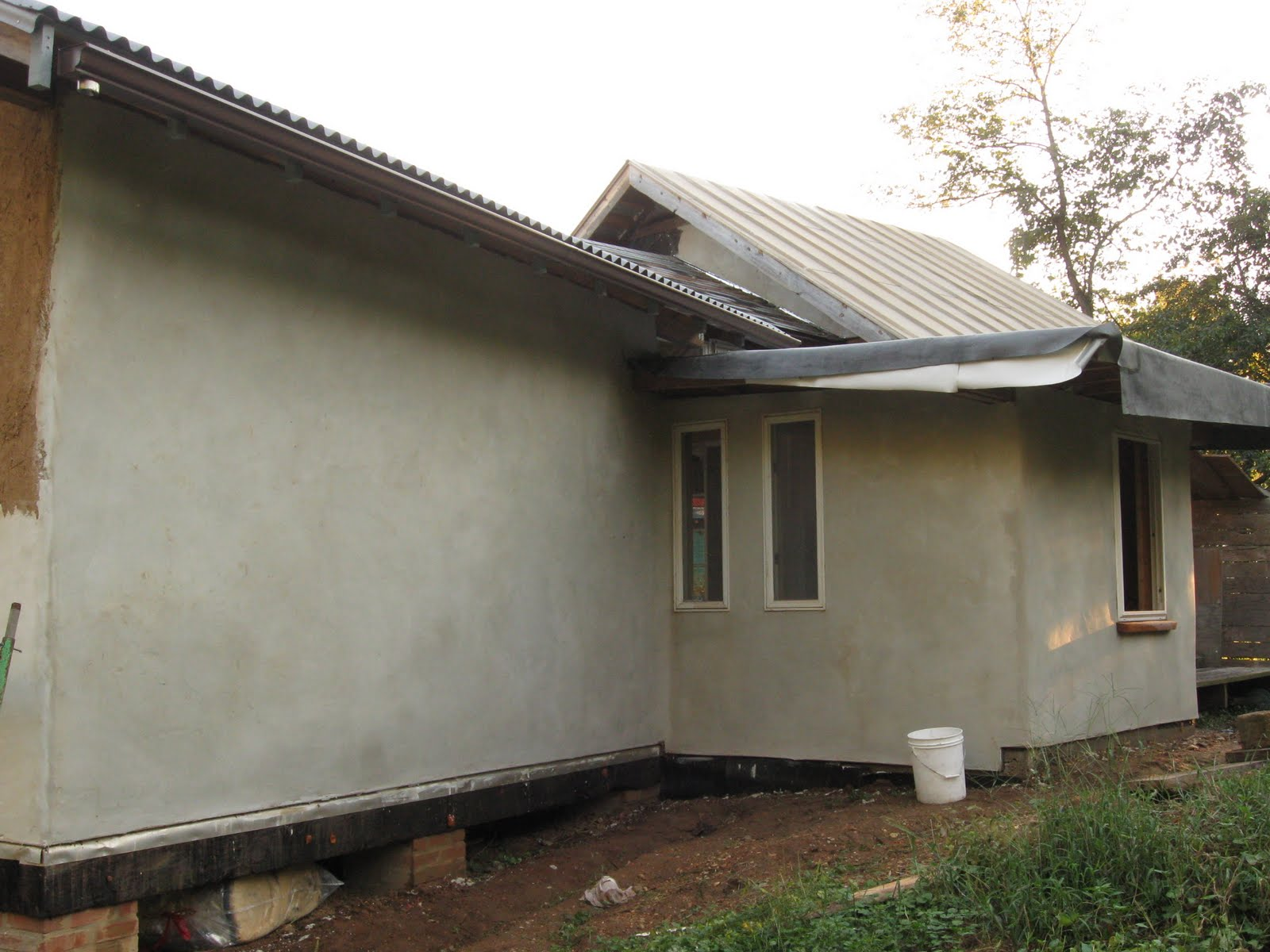 Strawbale healing space lime plaster with georgie donais for Red top gypsum plaster