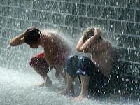 http://1.bp.blogspot.com/_QtoEfnCCKKk/SWw5DgdQp0I/AAAAAAAAAdU/jwBKK5-TdsA/s400/raining+kids.jpg