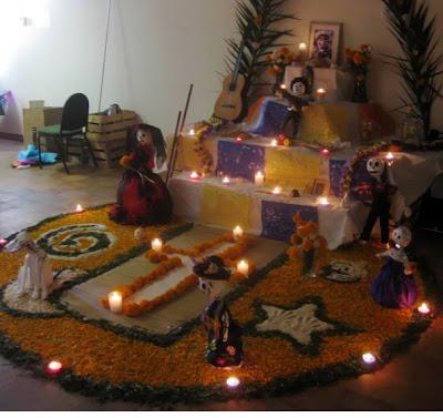 Altar con diseño en el pie de flores de cempasúchitl.