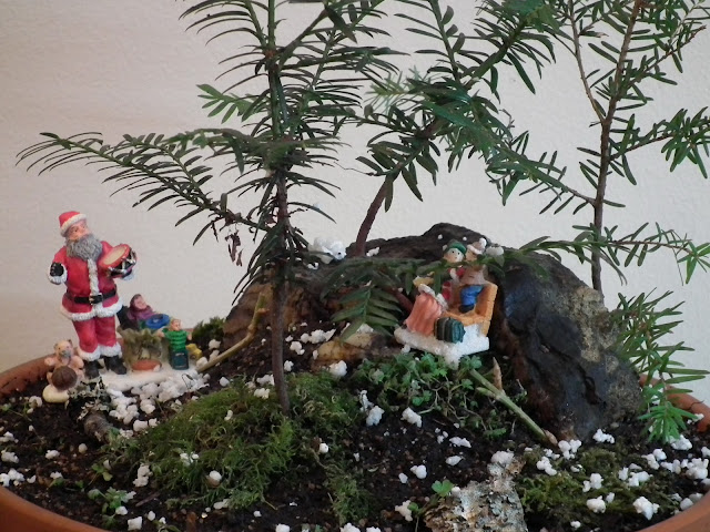Santa Claus is coming to town - saikei with miniature figurines