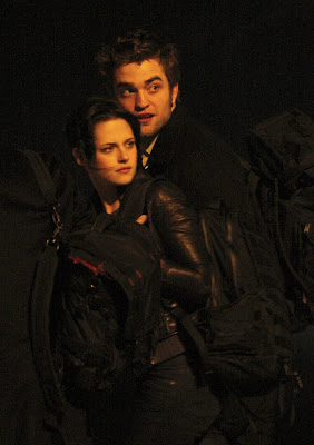 Kristen Stewart Weird on Jake Weird  Robert Pattinson And Kristen Stewart Holding Hands