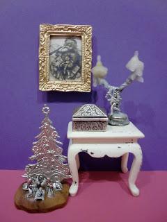 miniatura de belén candelabro y caja de metal sobre mesa