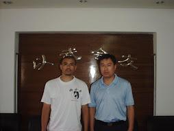 En la Federacion Internacional de Wu Shu con el secretario y director de Chinese Wushu Association