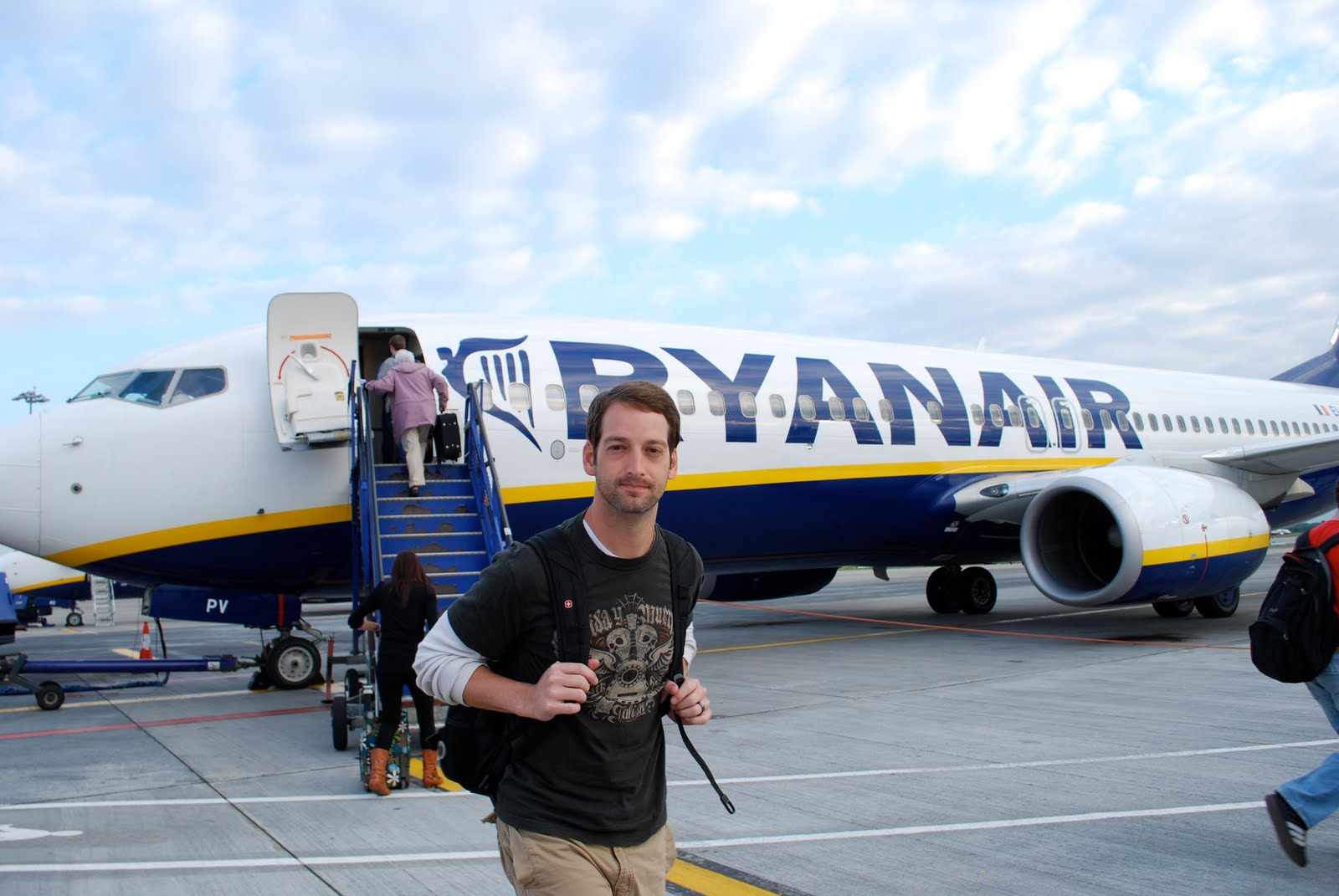 """best fit approach ryanair Ryanair claims to be the """"world""""s favourite airline"""" operating more than 1,400 flights per day from 44 bases and 1100+ low fare routes across 27 countries, connecting 160 destinations (ryanair)."""