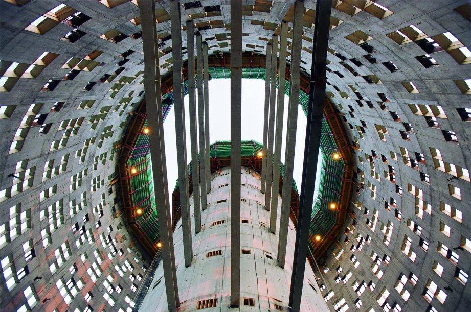 """""""La Torre Agbar es un rascacielos en Barcelona, diseñada por el arquitecto francés Jean Nouvel en colaboración con la firma barcelonesa b720 Arquitectos.""""  La Torre Agbar, la torre que toca el cielo torreagbarbarcelona107701"""