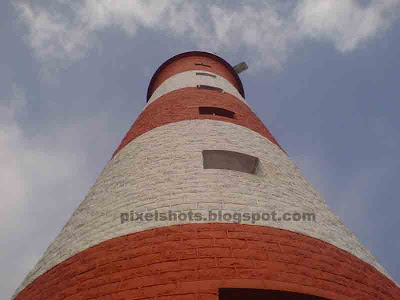 kovalam beach lighthouse photos and info,lighthouses of kerala photos,tall lighthouse tower painted in red and white bands,light houses of kerala,most tourist visited lighthouses in India,navigation aids in kerala coastal area,kerala lighthouse photos names and technical specification,lights used in lighthouses,range of lighthouse light,power used in lighthouse,bulbs used in lighthouse,kerala lighthouse history,