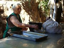 Doña juanita preparando melcocha