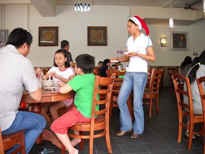 Restoran Wei Yip Santarina serving custormers
