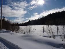 Un lac gelé et recouvert de neige