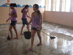 Alunos voluntários na limpeza da escola