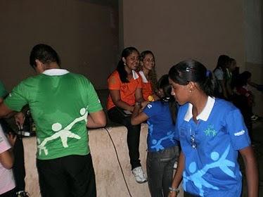 Carlos arrumando o som - Coral Unigente - Escola Raul Córdula - 2010