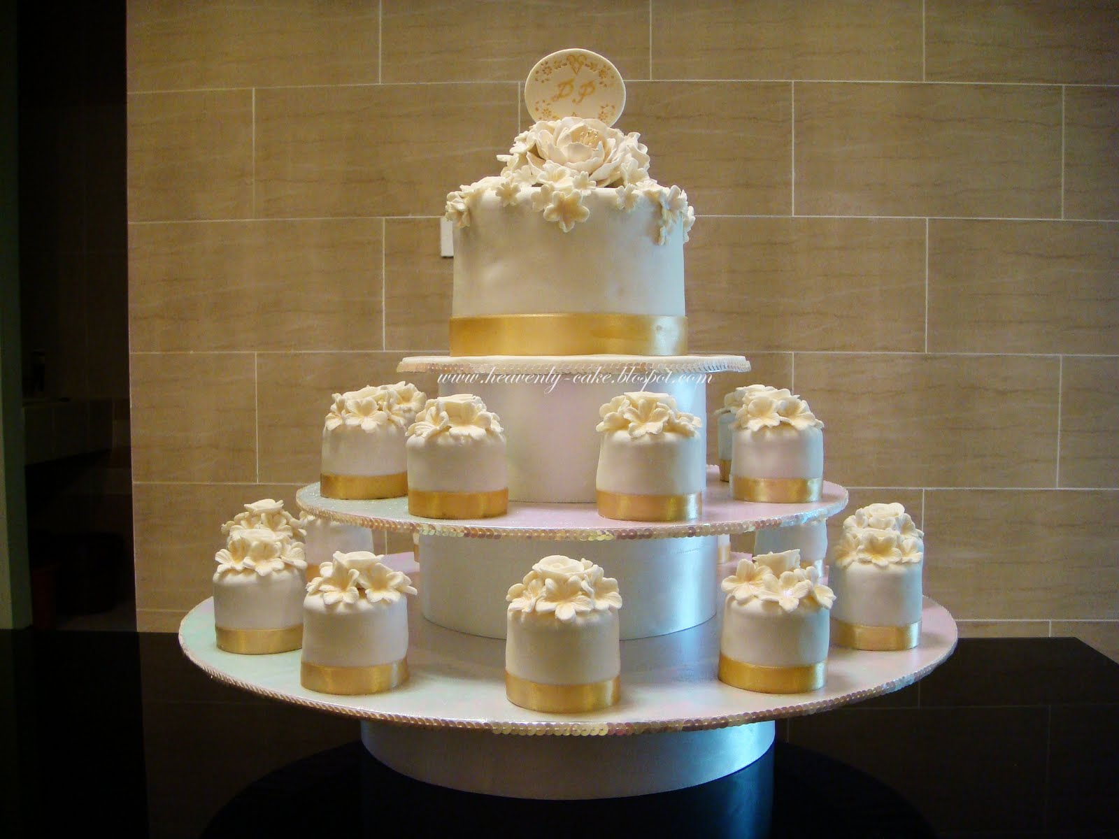 Heavenly Cake: White and Gold Wedding