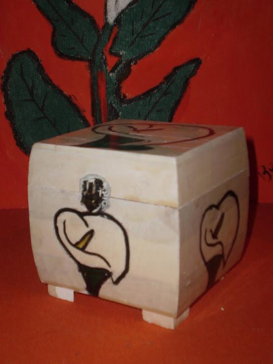 Caja de madera y calas pintadas a mano