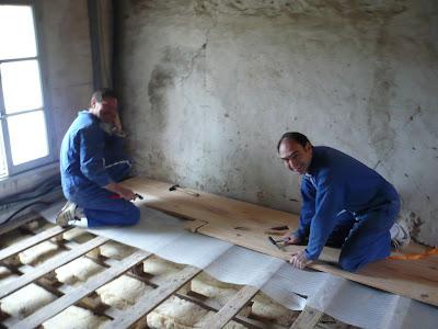 R novation maison briarde poser un plancher massif en sapin for Plancher massif a clouer
