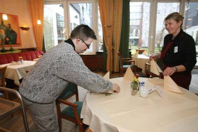 Menschen mit Down-Syndrom: Was kommt nach der Schule? - Alexander Pika in der Mundus-Seniorenresidenz Mainz ist ein Mut machendes Beispiel, Arbeit Beruf Schule Ausbildung, Behinderung Handicap, Deutschland, Down Syndrom, Down-Syndrome, Extrachromosom, Integration integrativ, Trisomie 21,
