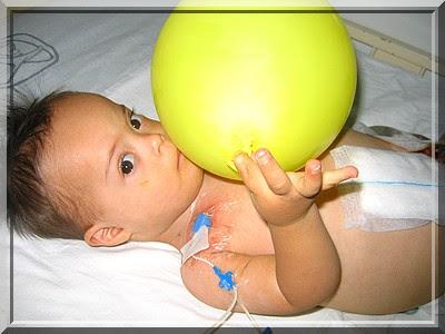 Maximilian mit Luftballon nach Darmoperation, Colostomie, Krankenhaus, Wunde