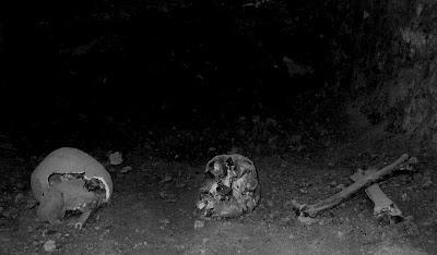Die Knochen und Schädel im Tunnel unter der Kirche von Real de Asientos, Grusel, Kirche, Tunnel,