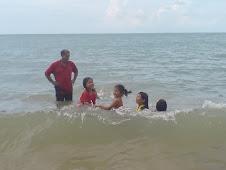 Seronoknya mandi laut