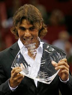 Rafael Nadal recibe el trofeo de número 1 en Madrid